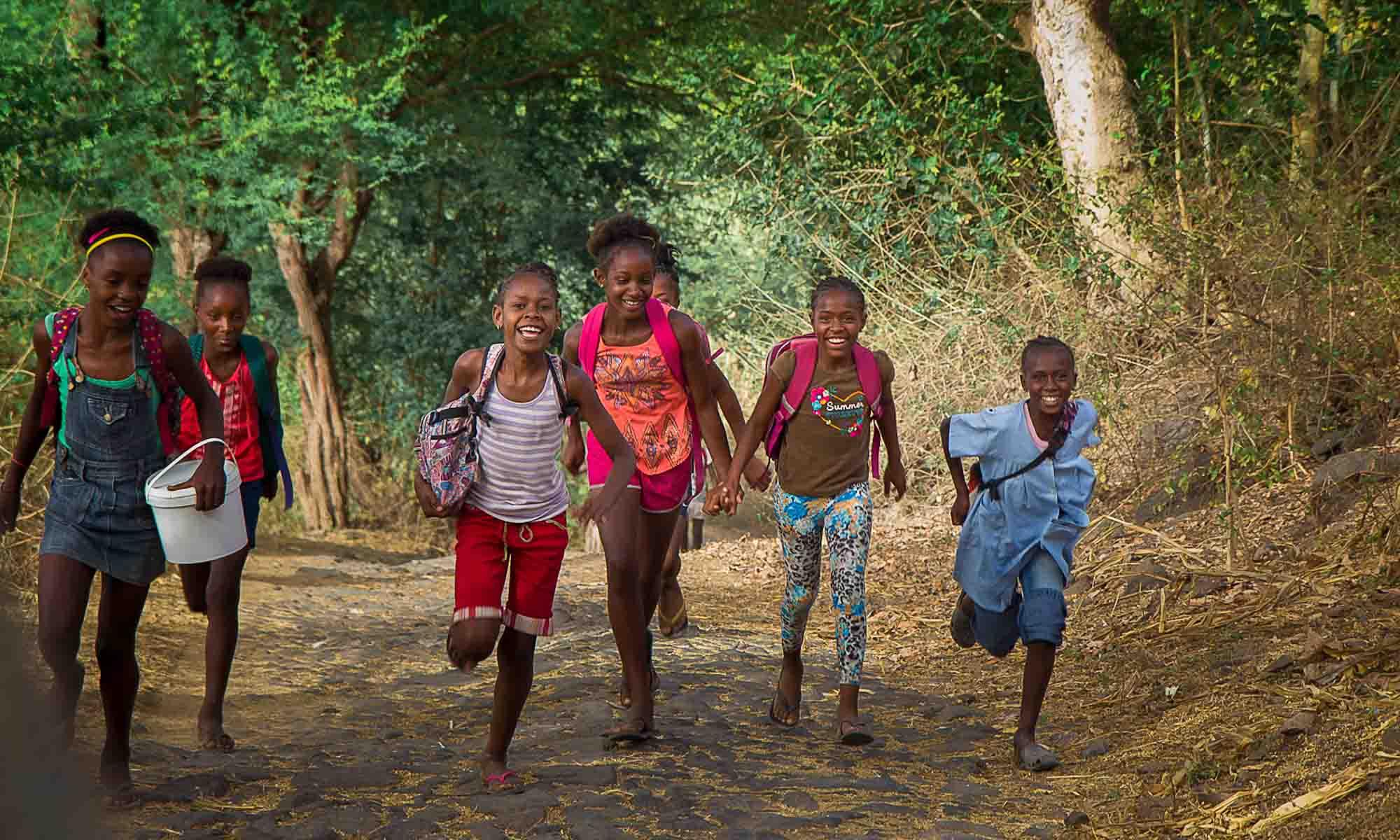 Schoolkinderen onderweg naar huis in Boca Larga.