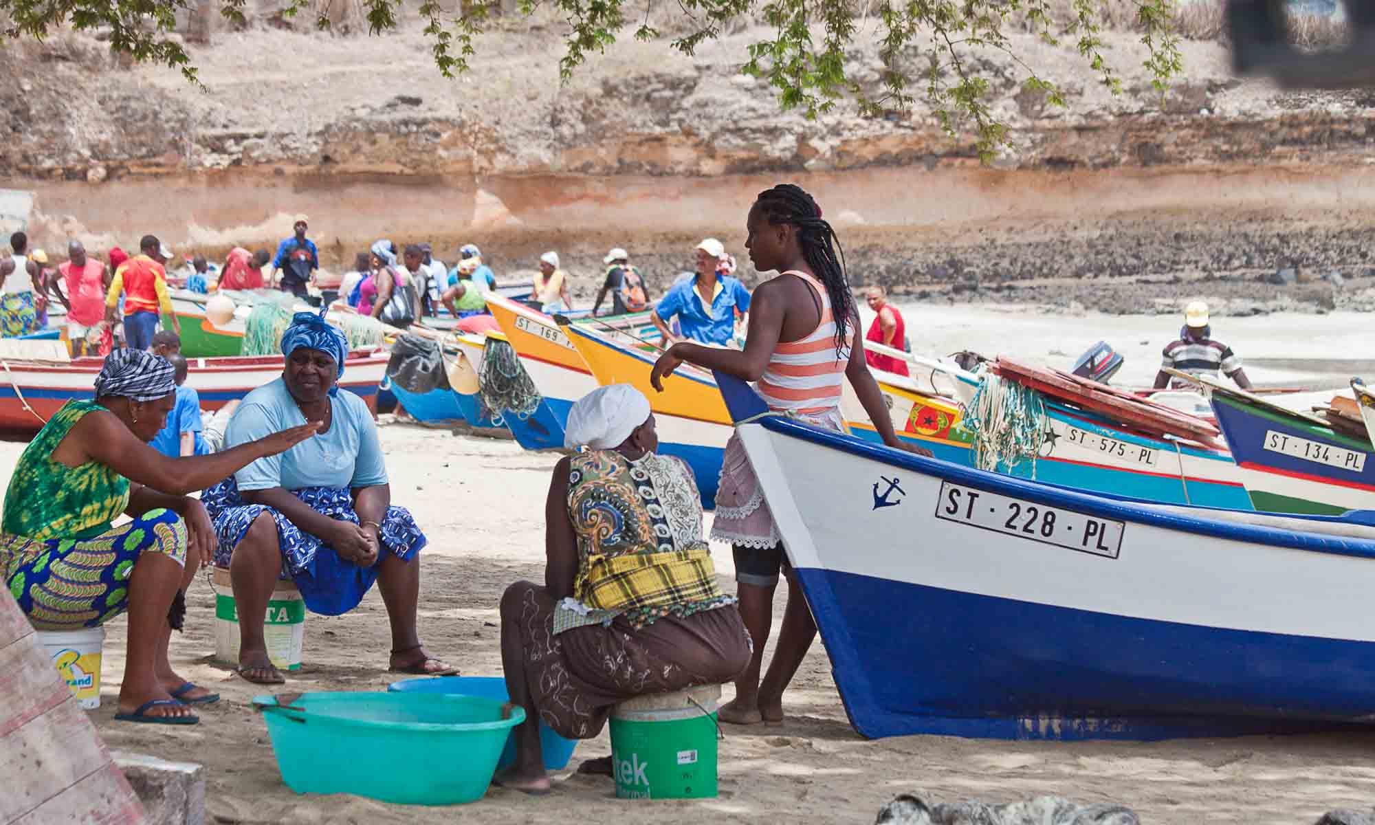 Tarrafal met zijn bounty-strand en de gekleurde vissersboten.